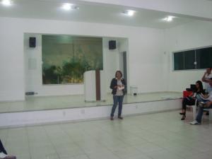 Maria da Glória realizando a palestra