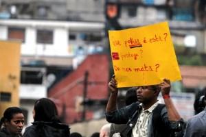 Manifestante ergue cartaz em Capão Redondo (SP), em 25-06-2013. Foto: Felipe Rau/Estadão