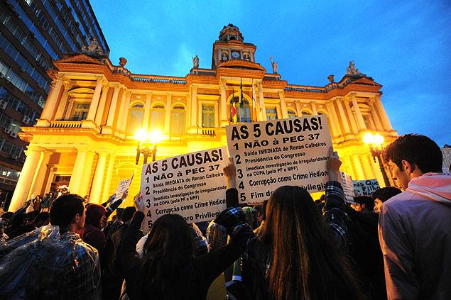 anifestantes se concentram em frente à Prefeitura de Porto Alegre. Foto: Ricardo Duarte/Agência RBS/Folhapress