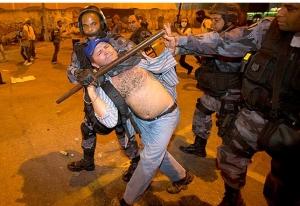 Polícia agride manifestante em Minas Gerais, em 24-06-2013