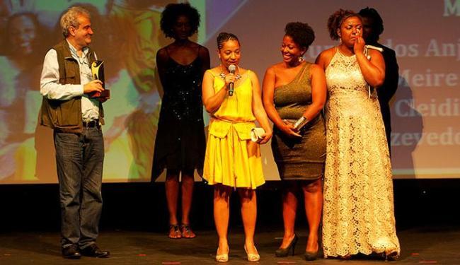 Cleidiana discursa, ao lado da equipe, durante a entrega do prêmio