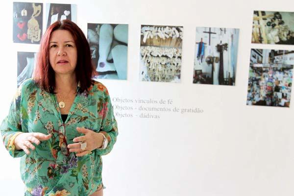 Aninha Duarte na exposição das fotos feitas em locais sagrados da Bahia, de Minas Gerais, Pernambuco, Sergipe e Goiás (Foto: Cleiton Borges)
