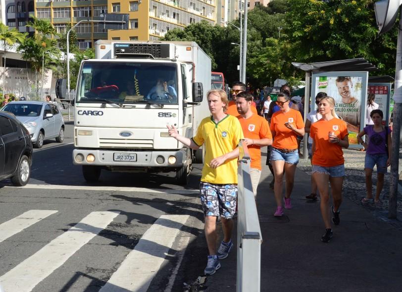 Holandeses indo para o estádio, onde sua Seleção vingaria a derrota para a Espanha sofrida há quatro anos
