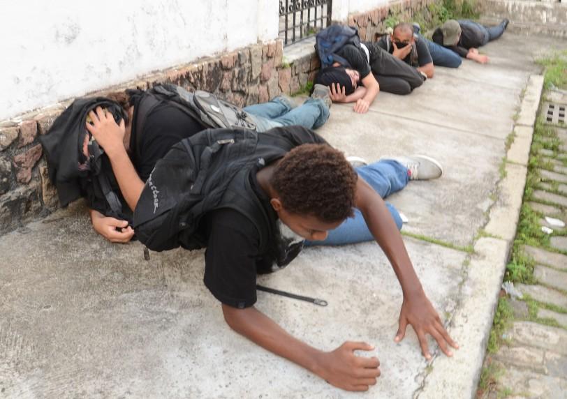 Manifestantes contra a Copa são detidos após conflito com a Policia Militar, na Avenida Sete de Setembro ( no Corredor da Vitória).