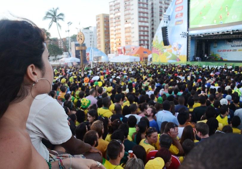 Torcedores no Farol da Barra vendo Brasil x México