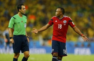 Árbitro Carballo conversa com Zuñiga. Foto: Agência Reuters