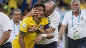 Thiago Silva, capitão da Seleção, abre o berreiro no momento da cobrança dos pênaltis contra o Chile, Felipão o consola. A Seleção Brasileira ganhou disparada no choro
