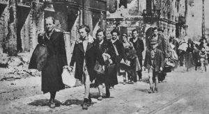 Judeus fogem de nazistas no gueto de Varsóvia em 1940