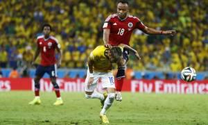Neymar é atingido Neymar é atingido por Zuñiga. Foto: Marcelo Pozo - Ag. Reuters