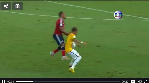 Neymar é atingido por Zuñiga - 04-07-14 - vídeo