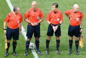 O árbitro Howard Webb, segundo da esquerda para a direita, e os bandeirinhas Michael Mullarkey (à direita) e Darren Cann (à esquerda). Foto: Evaristo Sá - AFP