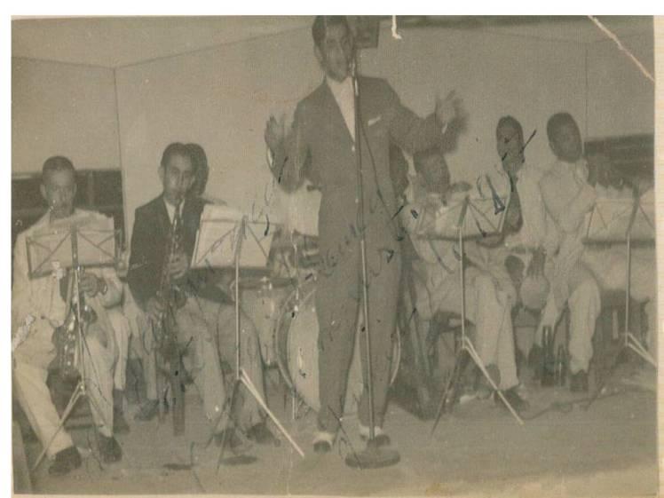 Nattinho cantando no programa de auditório da Rádio Clube de Conquista, nos anos 60