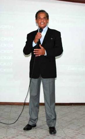 Nattinho canta a música, de sua autoria, que fala da lenda de Vila Velha