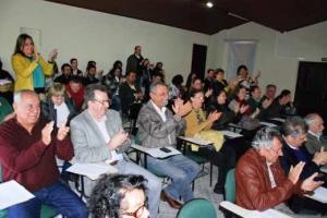 """O público aplaude a apresentação do cantor e poeta Nattinho que fala das """"coisas"""" do Paraná"""
