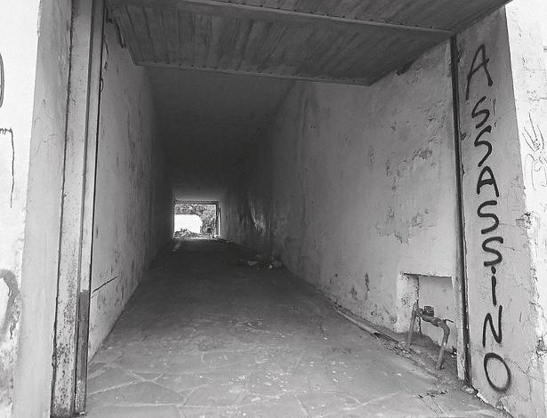 """Túnel na lateral direita, por onde os presos políticos chegavam à antiga """"Dopinha"""", em Porto Alegre"""