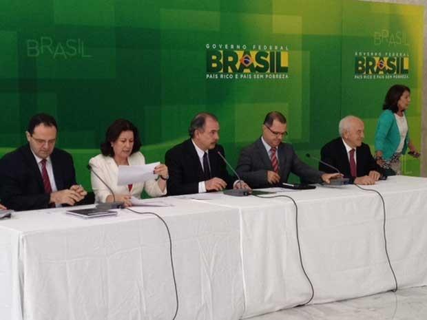 Ministro Aloizio Mercadante (centro) anuncia mudanças em regras da Previdência Social (Foto: Nathalia Passarinho / G1)