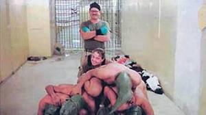 Dupla de militares dos Estados Unidos se divertem com sofrimento de prisioneiros iraquianos na prisão de Abu-Ghraib