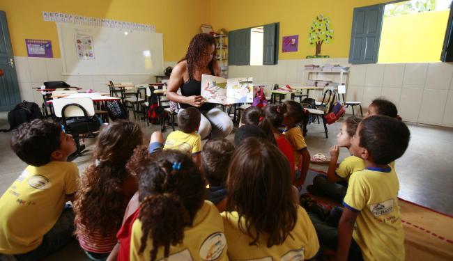Professora Vânia Dourado e seus alunos