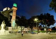 Iluminado na cor verde o Elevador Lacerda simboliza a campanha de luta contra o câncer de intestino em Salvador - Foto divulgação