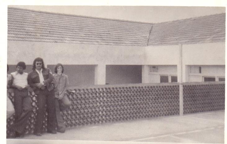Bomfim, Paulo Ludovico e Flávio Jarbas na quadra de esportes do Colégio Batista Conquistense (CBC) - 06-12-1974