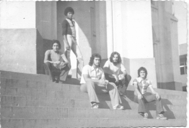 Nas escadarias da Igreja de Nossa Senhora da Vitória - Bomfim, em pé; Paulo Ludovico, de tamancos; e Fernando Zoião - agosto de 1974