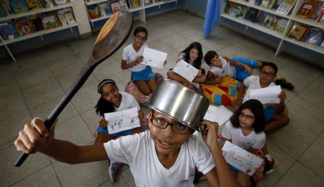 Estudantes da Escola Experimental, em Brotas, mostram desenhos e brincam com símbolo do panelaço