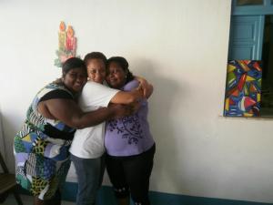 O abraço simbolizando a solidariedade das voluntárias