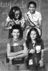 Da esquerda para a direita, Gleide e Fádua (em pé); Silene e Simone - agosto de 1974