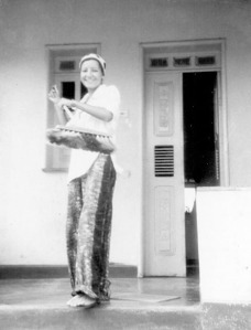 Lili varre a casa (Rua dos Prates, nº 66) para a festa - 21-02-1976