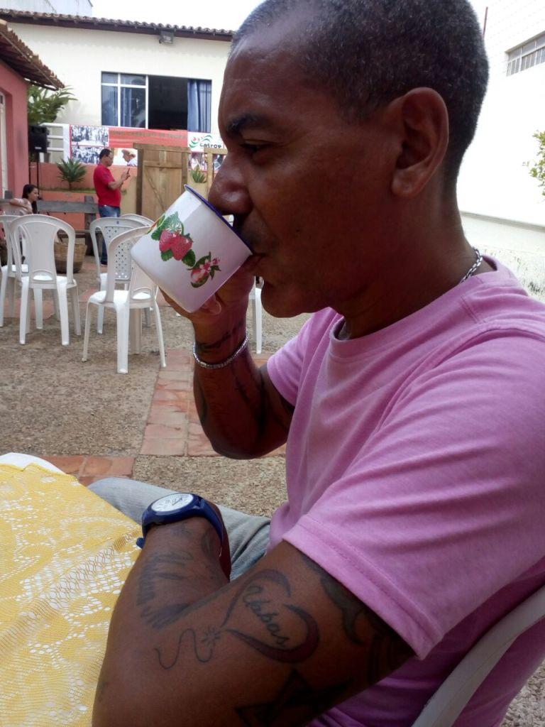 """Doutor José Cláudio Alves de Oliveira saboreia o """"cafezim"""" enquanto pensa na palestra"""